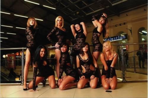 Танцевальные коллективы девушек в белом нижнем белье, порно видео трахнули раком на природе